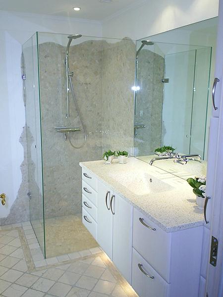 Detalje med vandhane der kommer ud igennem spejl